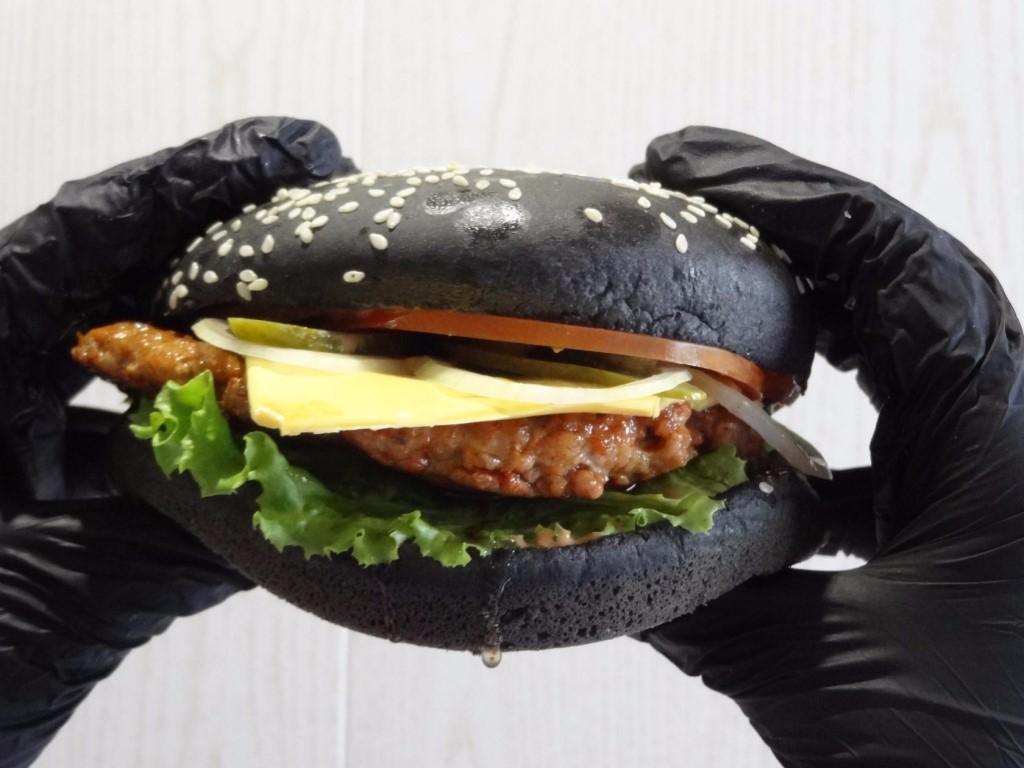 Как лучше есть черный бургер